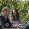 Le prince William, Kate Middleton et le prince Harry en pleine discussion le 19 avril 2017 lors du tournage d'une vidéo (diffusée le 21 avril) pour l'opération Ok To Say de leur campagne Heads Together en faveur de la santé mentale. L'occasion pour William et Harry d'évoquer comme jamais, les yeux dans les yeux, le traumatisme de la mort de leur mère Lady Di.