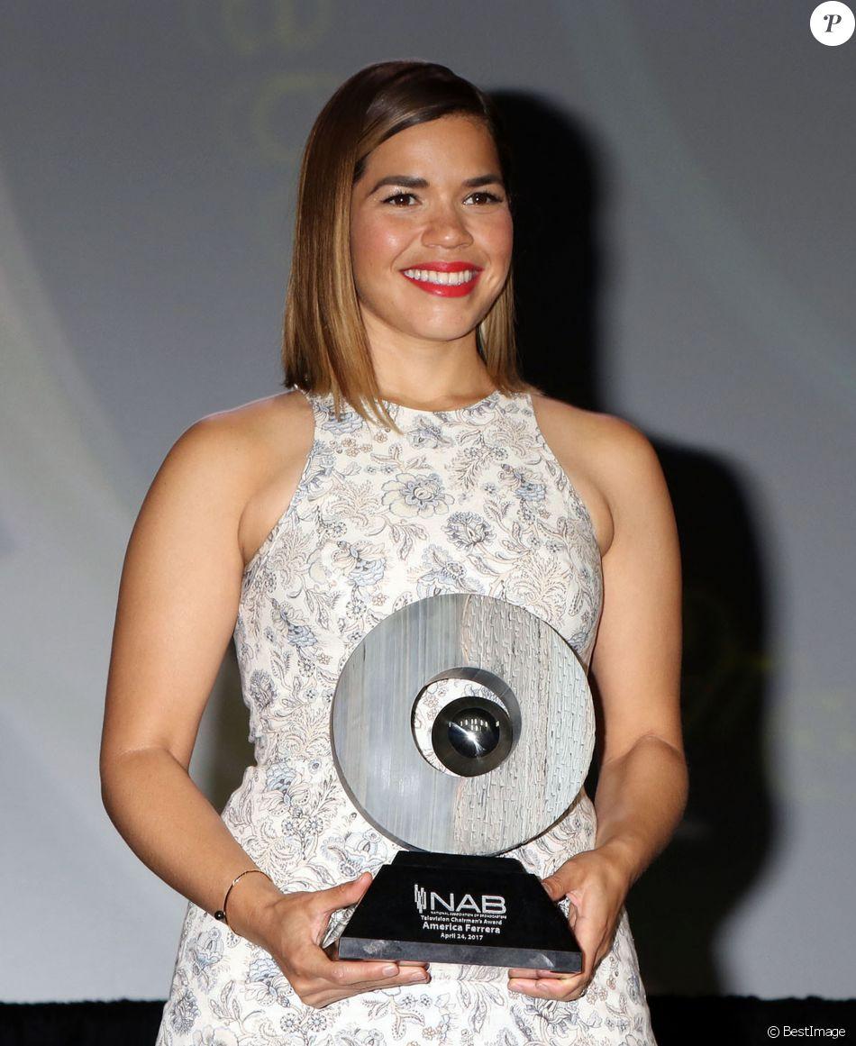 """America Ferrera reçoit le prix """"Television Chairman's Award"""" lors de la convention nationale de l'association des sociétés de diffusion à Las Vegas. Le 24 avril 2017 © CPA / Bestimage"""