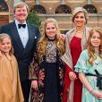 Photo officielle du roi Willem-Alexander et de la reine Maxima avec leurs enfants : les princesses Catharina-Amalia, Alexia et Ariane des Pays-Bas le 29 avril 2017