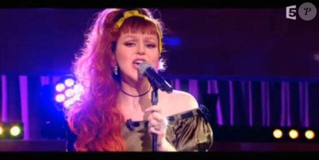 """Cindy Sander a interprété """"Près de moi"""" sur le plateau de """"C à Vous"""", sur France 5, le 28 avril 2017."""