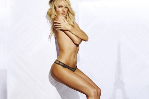 Candice Swanepoel : La jeune maman top model pose topless