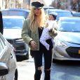 Candice Swanepoel se promène avec son fils Anacã à New York le 17 mars 2017.