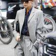 Victoria Beckham, en tailleur gris, quitte l'hôtel Plaza à New York le 12 mai 2017.
