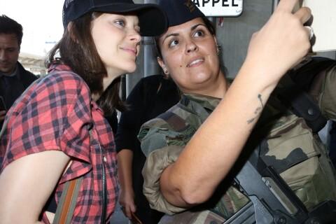 Marion Cotillard à la cool : Selfie avec une militaire face à Bella Hadid