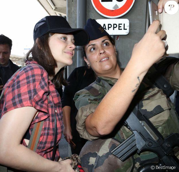 Marion Cotillard fait un selfie avec une militaire à l'aéroport de Nice dans le cadre du 70e Festival International du Film de Cannes, le 16 mai 2017.