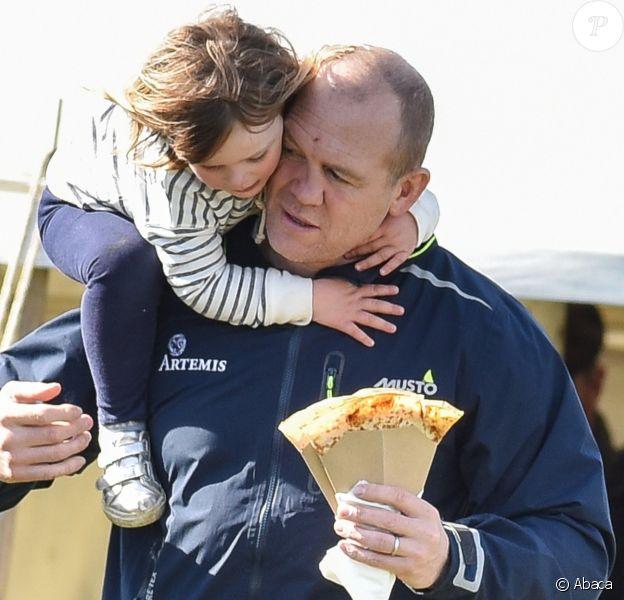 Mike Tindall et sa fille Mia à Gatcombe Park lors d'un concours complet auquel participait Zara Phillips, le 26 mars 2017.