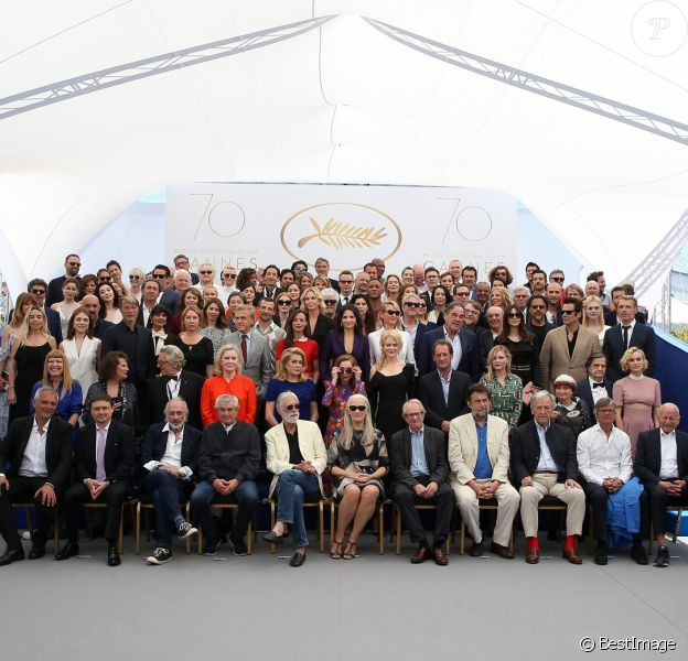 Rang 1 (Palme D'or): Laurent Cantet (Palme d'Or 2008), Cristian Mungiu (Palme d'Or 2007), Jerry Schatzberg (Palme d'Or 1973), Claude Lelouch (Palme d'Or 1966), Michael Haneke (Palme d'Or 2012), Jane Campion (Palme d'Or 1993), Ken Loach (Palme d'Or 2016), Nanni Moretti (Palme d'Or 2001), Costa Gavras (Palme d'Or 1982), Bille August (Palme d'Or 1988 et 1992) et Mohammed Lakhdar-Hamina (Palme d'Or 1975). Rang 2 (présidents et jury): Andrea Arnold (Jury 2012), Claudia Cardinale (Jury 1993), Georges Miller (Président en 2016), Liv Ullmann (Présidente en 2001), Catherine Deneuve (Présidente en 1994), Pedro Almadovar (Président en 2017), Isabelle Huppert (Présidente en 2009), Nicole Kidman (Jury 2013), Vincent Lindon (Prix d'interprétation 2015), Kirsten Dunst (Prix d'interprétation 2011), Agnès Varda (Palme d'honneur 2015) et Diane Kruger (Maitresse de cérémonie 2007). Rang 3 (Prix d'interprétation et Jury): Elodie Bouchez (Prix d'interprétation 1998), Emilie Dequenne (Prix d'interprétation 1999), Mads Mikkelsen (Prix d'interprétation 2008 et Jury 2010), Emmanuelle Bercot (Prix d'interprétation 2015), Christoph Waltz (Prix d'interprétation 2009), Bérénice Bejo (Prix d'interprétation 2013), Juliette Binoche (Prix d'interprétation 2010), Uma Thurman (Présidente du jury Un Certain Regard en 2017), Olivier Stone, Monica Bellucci, (Maitresse de cérémonie en 2002 et 2017), Benicio Del Toro (Prix d'interprétation 2008 et Jury 2010), Lambert Wilson (Maitre de cérémonie en 2014 et 2015). Rang 4 (Invités): Nastassia Kinski, Gaspar Noé, Salma Hayek, Sofia Coppola, Mathieu Kassovitz, Charlize Theron, Maïwenn, Alfonso Cuaron, Guillermo Del Toro, Dario Argento, Alejandro Gonzalez Inarritu, Elle Fanning. Rang 5 (Jury 2017): Agustín Almodóvar, Gabriel Yared, Fan Bing Bing, Paolo Sorrentino, Maren Are, Park Chan-wook, Jessica Chastain, Will Smith, Agnès Jaoui, Reda Kateb, Sandrine Kiberlain, Sandrine Bonnaire, Mohamed Diab et Joachim Lafosse. Rang 6 (Invités): Laetitia Casta, Cécile de Fr