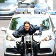Tom Cruise tourne une scène de poursuite en moto à Paris le 8 mai 2017 pour le film Mission Impossible 6.