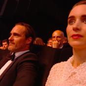 Joaquin Phoenix, lauréat étonné à Cannes, applaudi par sa chérie Rooney Mara