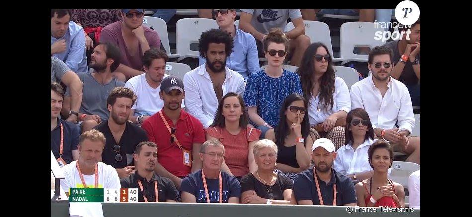 Shy'm dans les tribunes du court Suzanne Lenglen, à Roland Garros, pour assister au match de Benoît Paire contre Rafael Nadal, le 29 mai 2017.