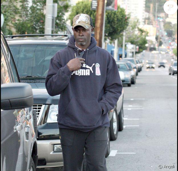 Djimon Hounsou en promenade dans West Hollywood