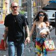 Le célèbre photographe Terry Richardson et sa compagne Alexandra Bolotow se promènent dans les rues de New York le 19 juin 2015