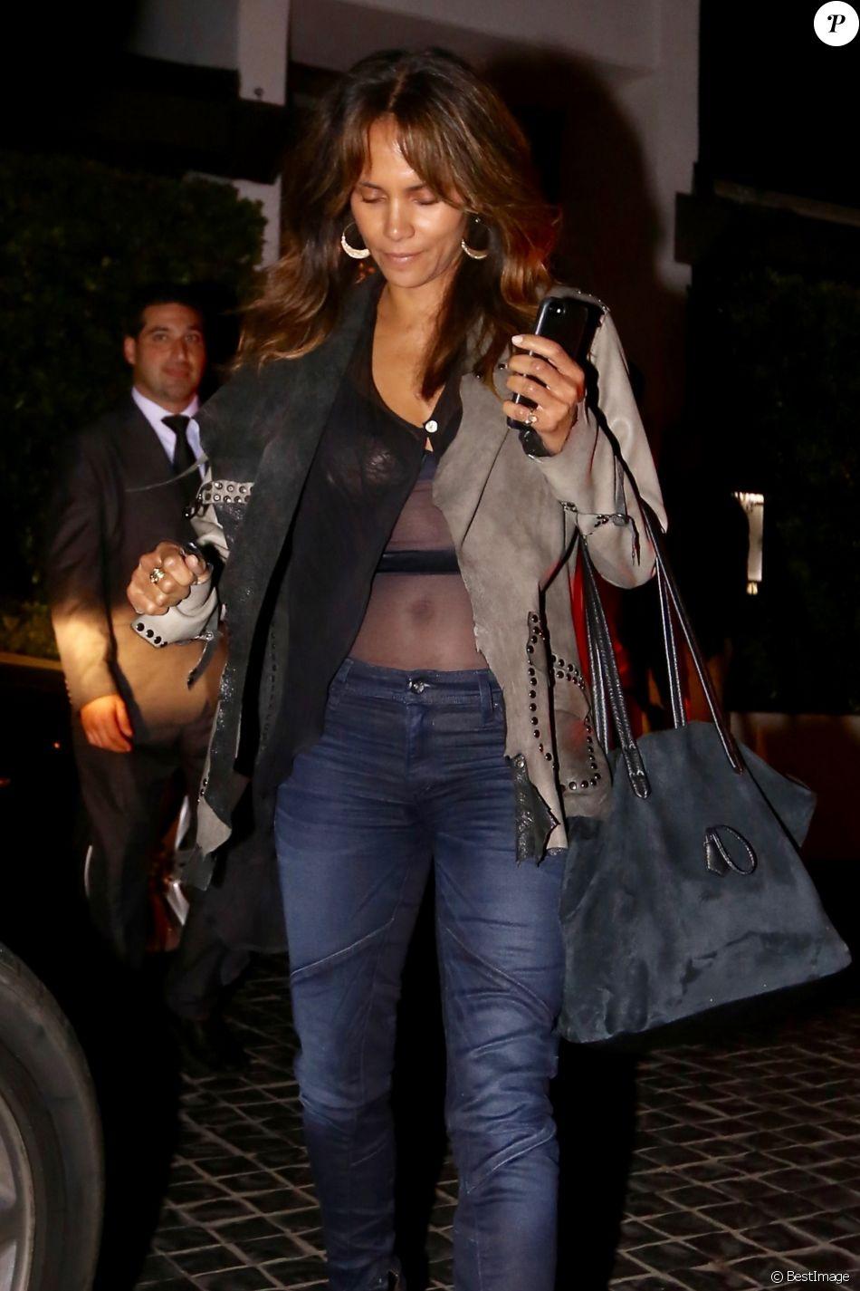 Exclusif - Halle Berry sort d'une soirée d'anniversaire organisée au restaurant Cecconi's à Los Angeles, le 8 juin 2017.