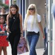 Amanda Bynes fait du shopping avec une amie à West Hollywood, le 25 août 2015.