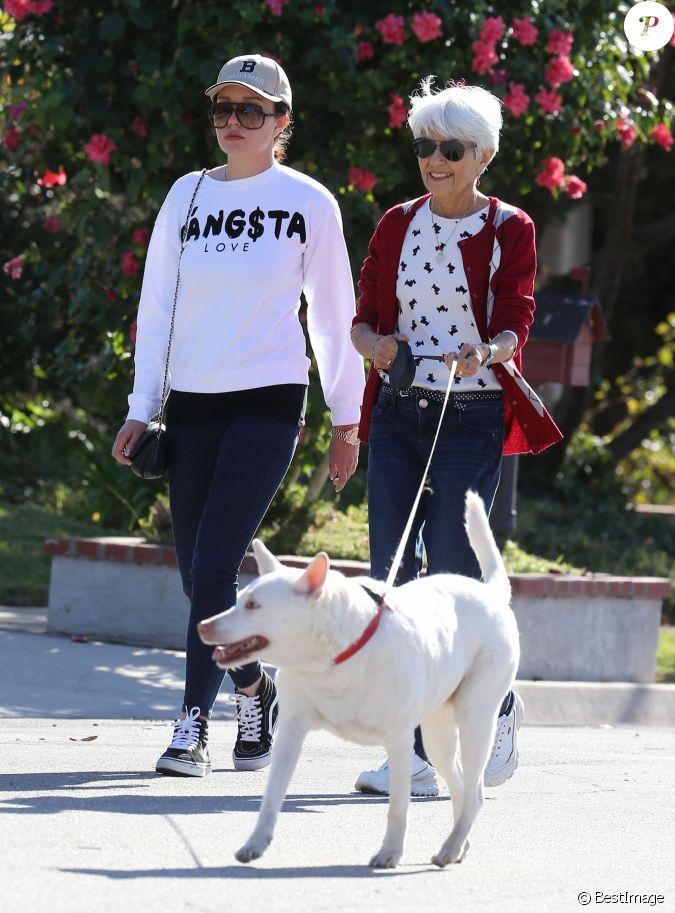 l 39 actrice amanda bynes fait une promenade avec ses parents a thousand oaks le 5 decembre 2013. Black Bedroom Furniture Sets. Home Design Ideas