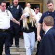 Amanda Bynes, une perruque sur la tete, sort du tribunal de Manhattan apres avoir ete arretee pour detention de drogues (marijuana), le 24 mai 2013