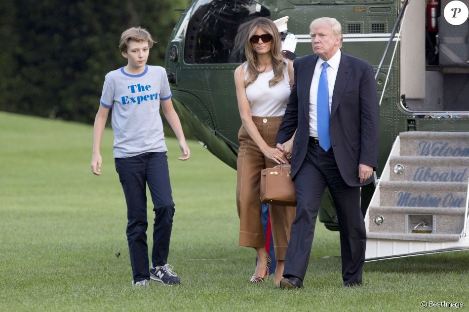 Le président des Etats-Unis Donald Trump, sa femme Melania et leur fils Barron, accompagnés des parents de Melania, Viktor and Amalija Knavs, sont de retour à la Maison Blanche à Washington, après un voyage dans le New Jersey, le 11 juin 2017.