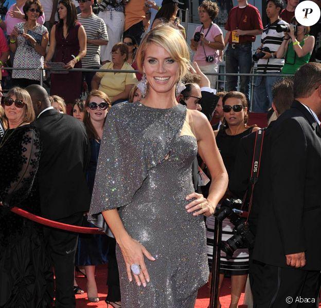 Heidi Klum, en septembre 2008, lors des Emmy Awards de Los Angeles, porte une robe drapée grise, scintillante.
