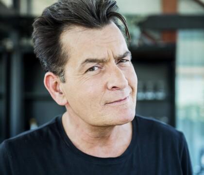 Charlie Sheen, atteint du VIH, a caché sa maladie : Une ex l'attaque en justice