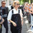 Céline Dion, salopette en cuir noir à la sortie de l'hôtel Royal Monceau à Paris le 25 juin 2017.