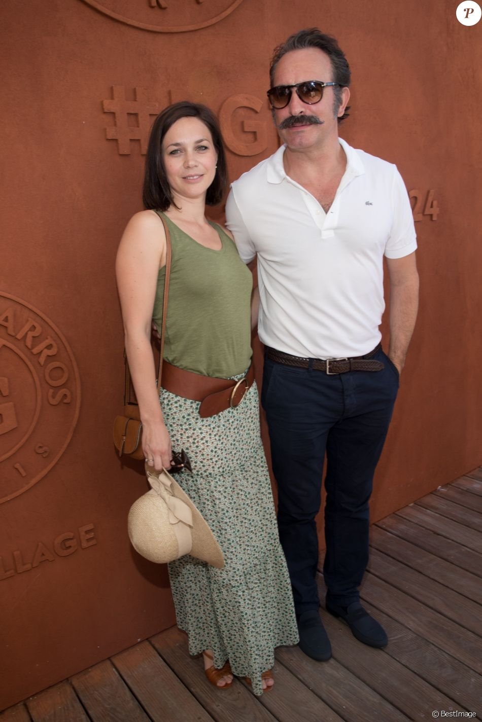 Jean Dujardin et sa compagne Nathalie Pechalat au village lors de la finale homme des internationaux de France de Roland Garros à Paris, le 11 juin 2017. © Dominique Jacovides - Cyril Moreau/ Bestimage  Celebrities at the village during the Roland Garros 2017 French Open in Paris, on June 11, 201711/06/2017 - Paris