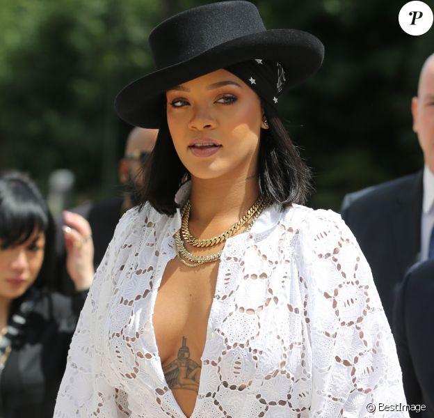 La chanteuse Rihanna (habillée en Dior) assiste à la remise des prix LVMH Prize Young Fashion Designer 2017 à la Fondation Vuitton à Paris le 16 juin 2017.