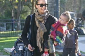 Jessica Alba et Naomi Watts sont des mamans chic et branchées ! Savez-vous pourquoi ? Regardez bien...