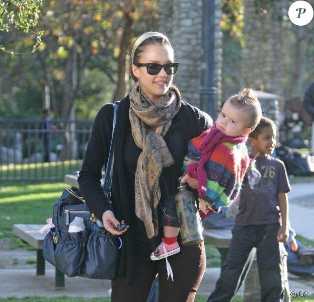 Jessica Alba et son Mummy Bag, indispensable pour ses sorties avec sa fille Honor