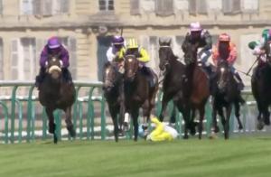 Sophie Thalmann affolée en voyant son mari chuter de cheval en pleine course