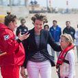 Le roi Philippe et la reine Mathilde de Belgique ainsi que leurs quatre enfants la Princesse Elisabeth, le Prince Gabriel, le Prince Emmanuel et la Princesse Eléonore (ici avec sa maman face à une sauveteuse) ont assisté et même participé à des exercices de sauvetage sur la plage de Middelkerke, le 1er juillet 2017.
