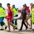 Le roi Philippe et la reine Mathilde de Belgique ainsi que leurs quatre enfants la Princesse Elisabeth, le Prince Gabriel, qui aide ici à porter un brancard, le Prince Emmanuel et la Princesse Eléonore ont assisté et même participé à des exercices de sauvetage sur la plage de Middelkerke, le 1er juillet 2017.