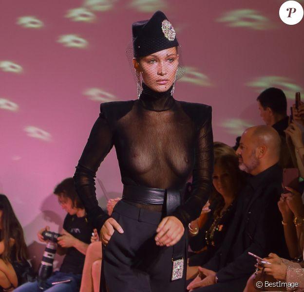 Bella Hadid défile pour Alexandre Vauthier (collection Haute Couture automne-hiver 2017/18) au Grand Palais. Paris, le 4 juillet 2017. © CVS/Veeren/Bestimage