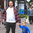 David Arquette se balade avec son fils Charlie dans les rues de The Grove à Hollywood, le 15 mai 2017