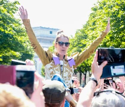 Céline Dion : Bain de foule à Paris, l'icône mode frappe encore !