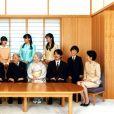 La famille impériale du Japon lors d'une séance photographique de famille pour la nouvelle année au palais impérial à Tokyo, le 1er janvier 2016. L'empereur du Japon Akihito et l'impératrice Michiko  sont entourés de la princesse héritière Masako, le prince héritier Naruhito, le prince Akishino, le prince Hisahito, la princesse Kiko, et, au second rang, la princesse Aiko, la princesse Mako et la princesse Kako.