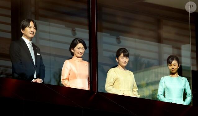 Le prince Fumihito d'Akishino et sa famille, la princesse Kiko et les princesses Mako et Kako, au balcon du palais impérial le 2 janvier 2017 pour les voeux.