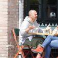 Exclusif - Jesse Williams est allé déjeuner au restaurant Little Doms avec une mystérieuse inconnue à Los Feliz, le 15 mai 2017