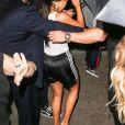 Kim Kardashian arrive chez un médecin à New York protégée par une très grosse équipe de sécurité le 11 juillet 2017. Elle porte un débardeur blanc transparent.