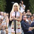 """La styliste Donatella Versace - Défilé de mode """"Versace"""", collection homme printemps-été 2018 à Milan. Le 17 juin 2017."""