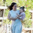 Exclusif - Alyssa Milano se promène avec sa fille Elizabella sur le tournage d'un spot publicitaire pour Atkins à Los Angeles. Le 19 novembre 2015 © CPA / Bestimage