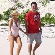 Exclusif - Alyssa Milano et son mari Dave Bugliari profitent d'une belle journée en amoureux sur une plage aux Bahamas. 14 mois après la naissance de son deuxième enfant, une petite fille prénommée Elizabella, la star de la série Charmed accepte les effets de la grossesse sur sa silhouette. le 5 novembre 2015