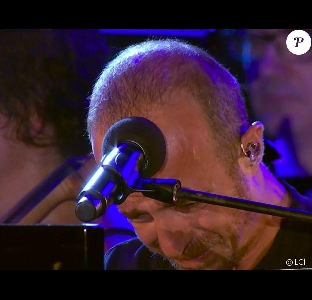 Calogero en larmes lors du concert-hommage aux victimes de l'attentat de Nice, le 14 juillet 2017.