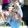 Exclusif - Candice Swanepoel, son fiancé Hermann Nicoli et leur fils Anacã passent une journée dans un parc. New York, le 3 juillet 2017.