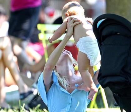 Candice Swanepoel : Câline avec son fils, la bombe rayonne