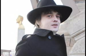Pete Doherty quitte Paris pour Londres et retrouve... une mystérieuse jeune femme !