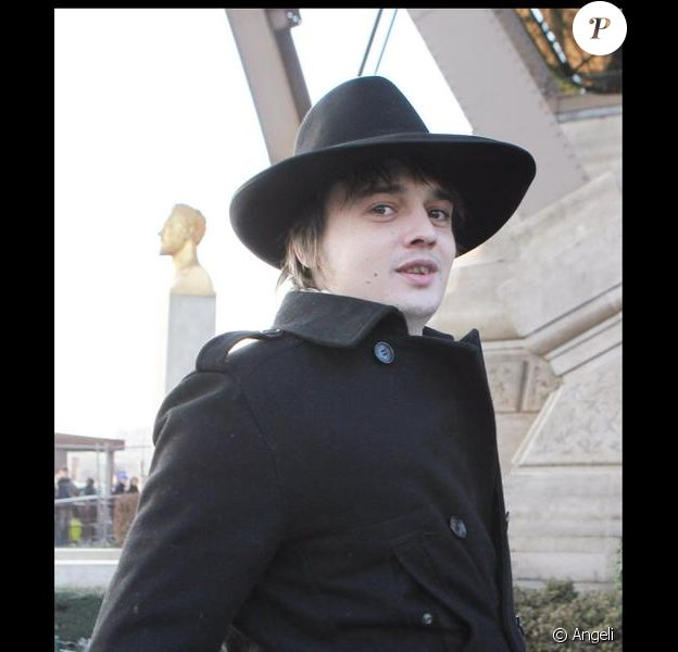 Pete Doherty de passage à Paris, visite la Tour Eiffel