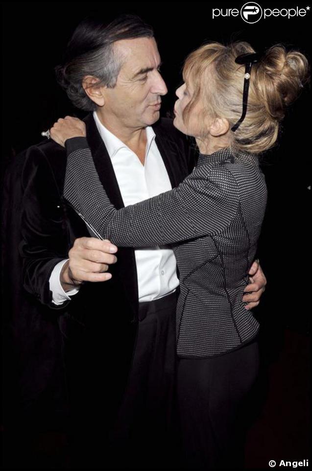 Arielle Dombasle et son époux Bernard-Henri Lévy au cinéma pour assister à la première du téléfilm Bernard Henri Levy, la déraison dans l'histoire