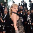 """Arielle Dombasle à la montée des marches du film """"The Last Face"""" lors du 69ème Festival International du Film de Cannes le 20 mai 2016. © Rachid Bellak / Bestimage"""
