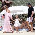 Le top model Natasha Poly, son mari Peter Bakker et leur fille Aleksandra sur la plage du Club 55 à Saint-Tropez le 26 juillet 2017.