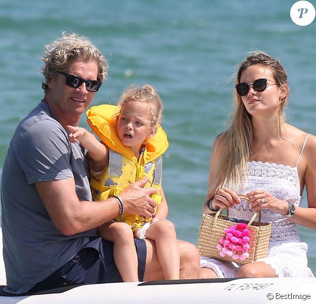 Natasha Poly, son mari Peter Bakker et leur fille Aleksandra au Club 55 à Saint-Tropez le 22 juillet 2017.